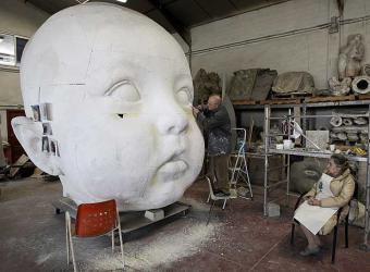 Antonio_Lopez_trabaja_esculturas_creadas_estacion_Atocha_junto_esposa.jpg