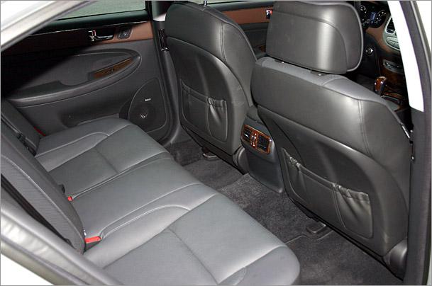 2009-Hyundai-Genesis-rear-seat.jpg