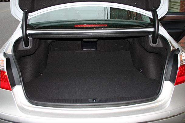 2009-Hyundai-Genesis-trunk.jpg