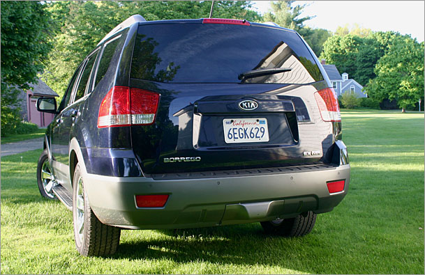 2009-Kia-Borrego-rear.jpg