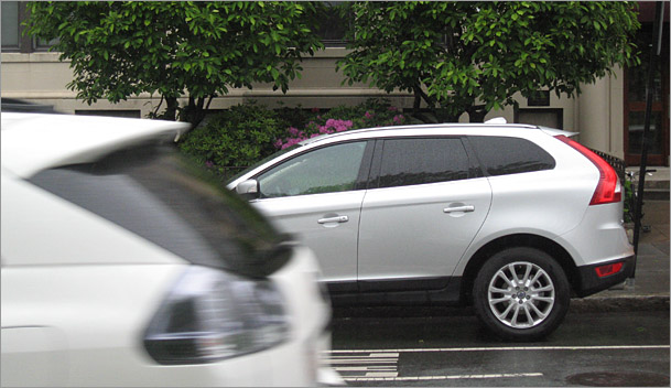 2010-Volvo-XC60-side.jpg