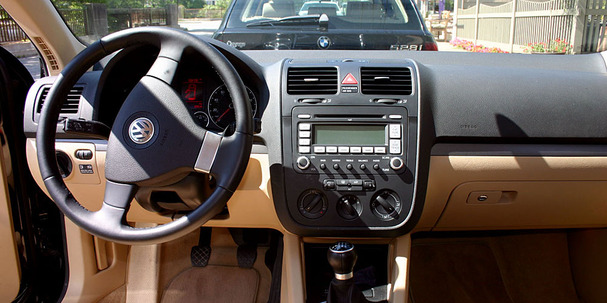 2009-Volkswagen-Jetta-Sportwagen-interior.jpg