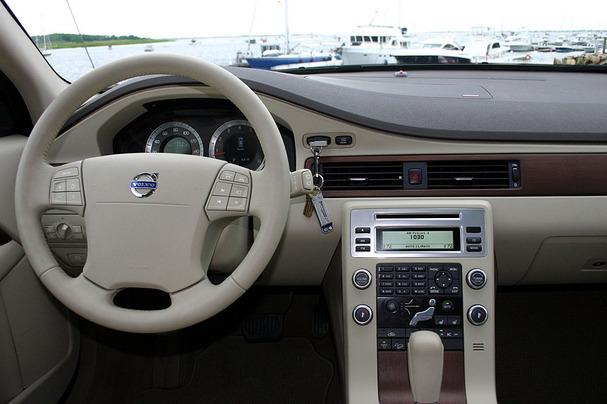 2009-Volvo-XC70-interior.jpg