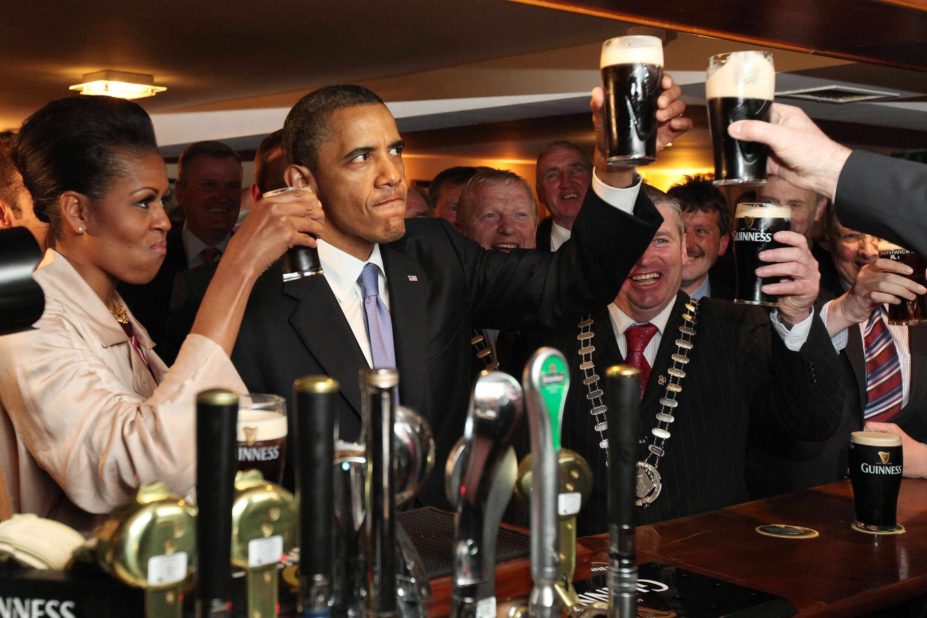 Obama downs a pint of guinness ending long presidential draught