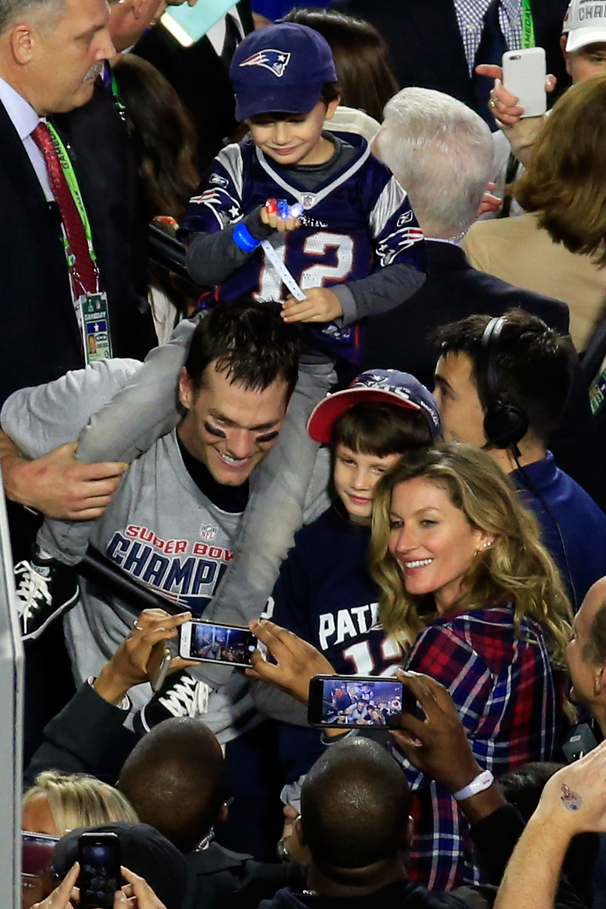 Tom Gisele Celebrate Super Bowl Win With Perfect Brady Family Photo Extra Points Boston Com