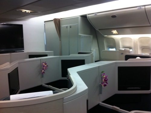 Inside cathay pacific 39 s new boeing 777 300 business class for Interieur 777 300